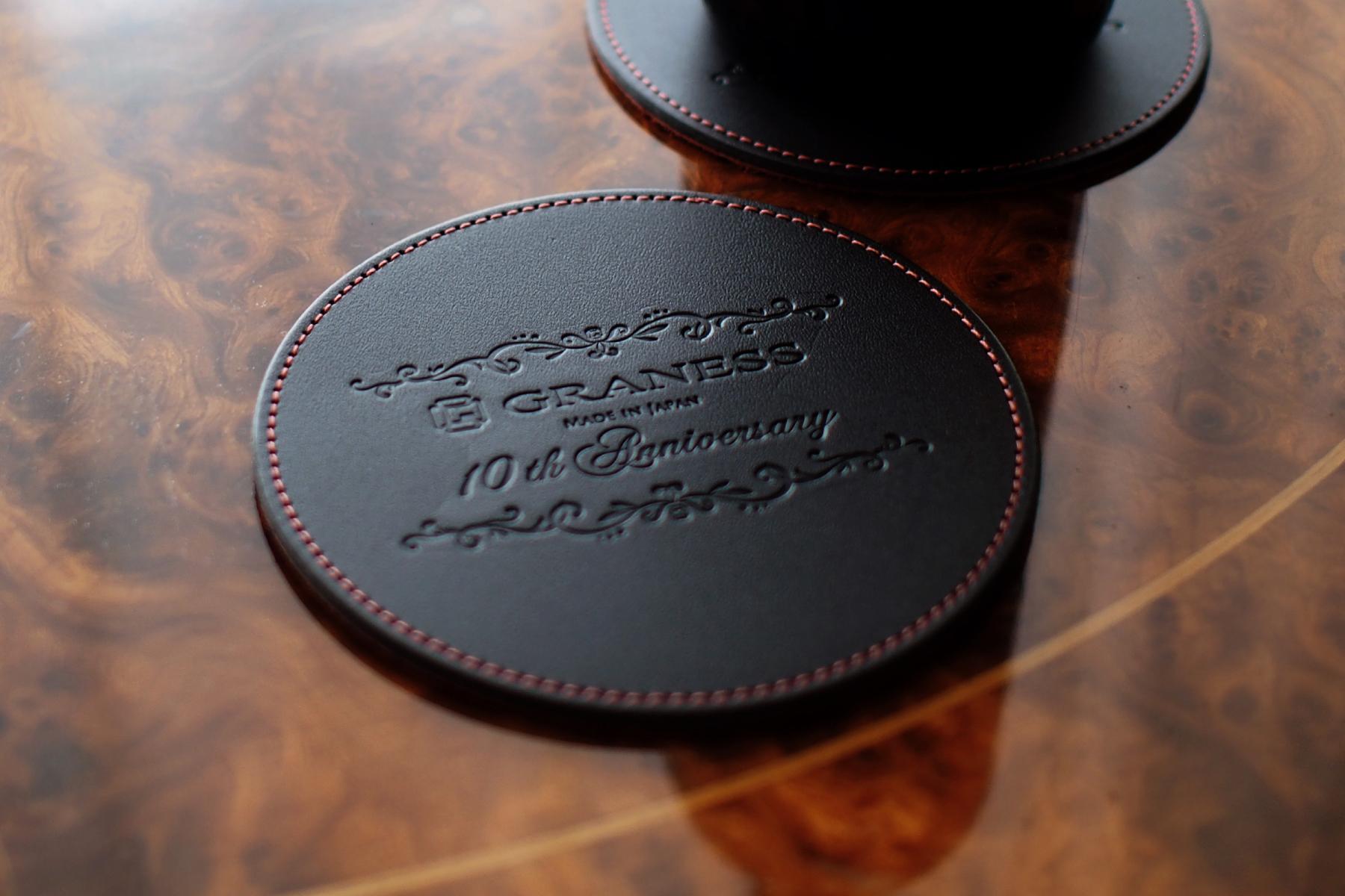 レザーコースター2枚セット・円形への10周年記念名入れ拡大写真