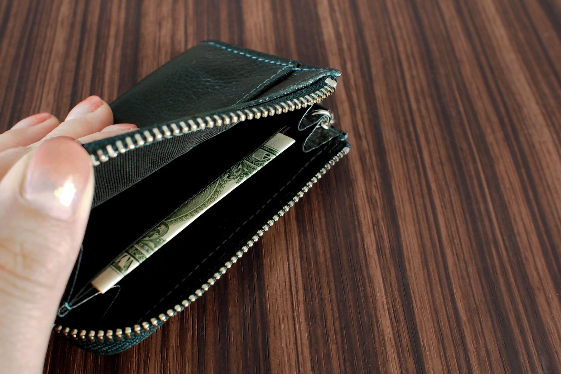 本革製小銭入れ・キーリング付きに紙幣を入れた写真