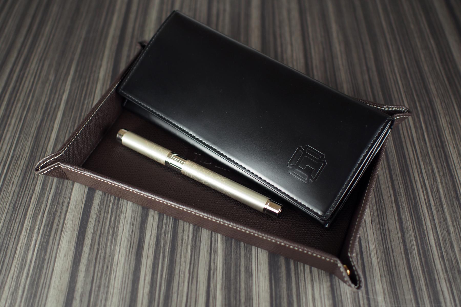 長財布が乗った本革デスクトレーの写真