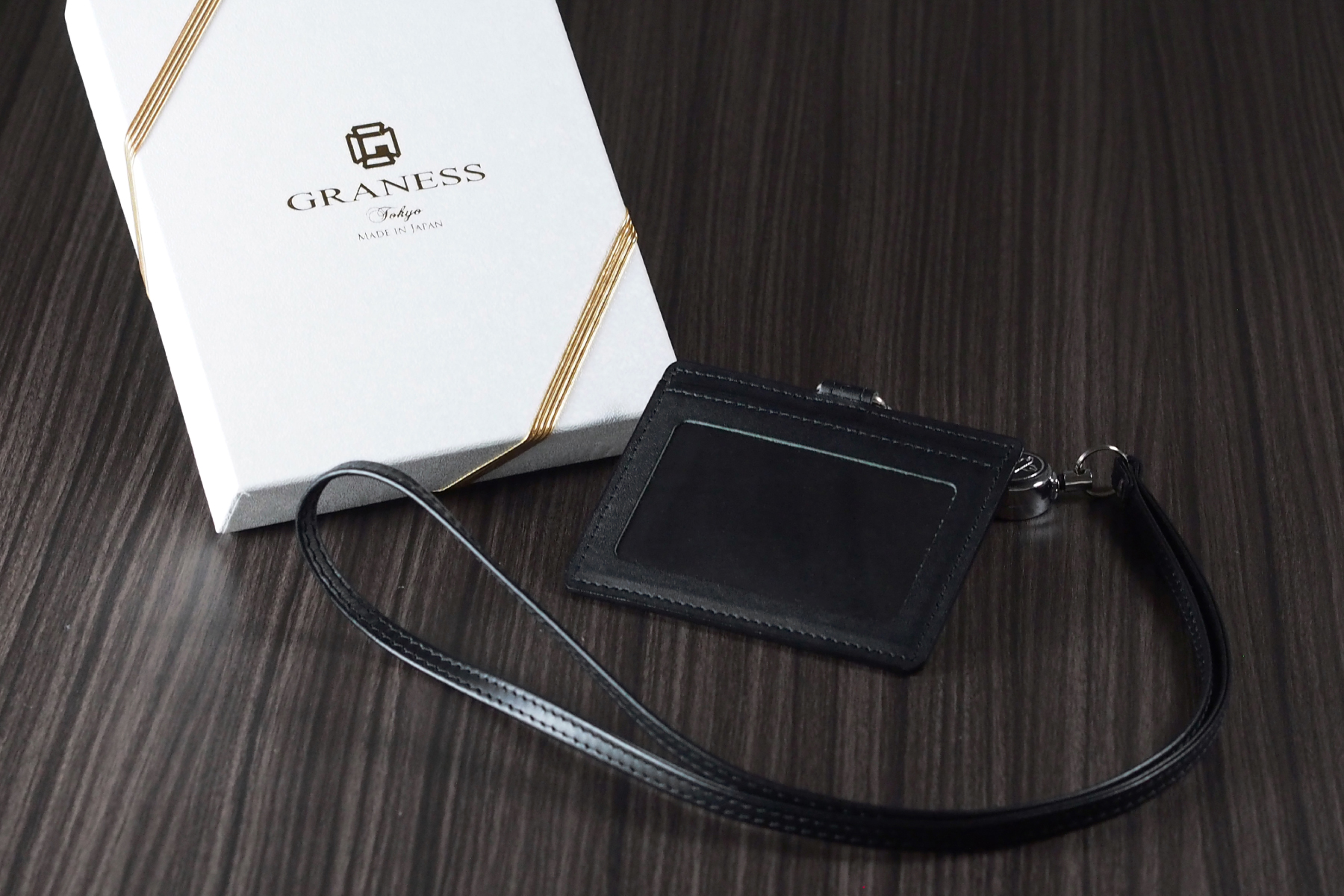 本革製社員証ケースと記念品用の名入れ化粧箱
