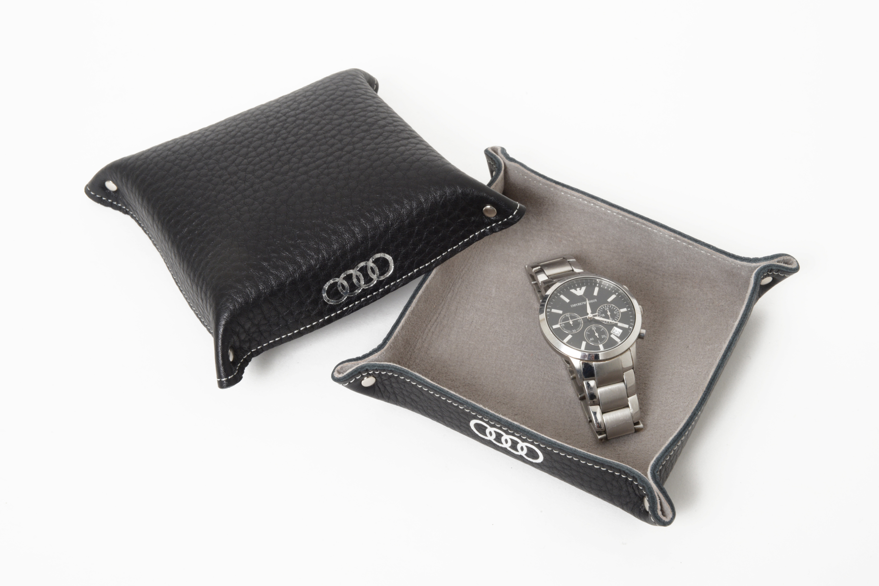 ナチュラル革トレー・オリエンタル仕様に時計を置いて使用したイメージ