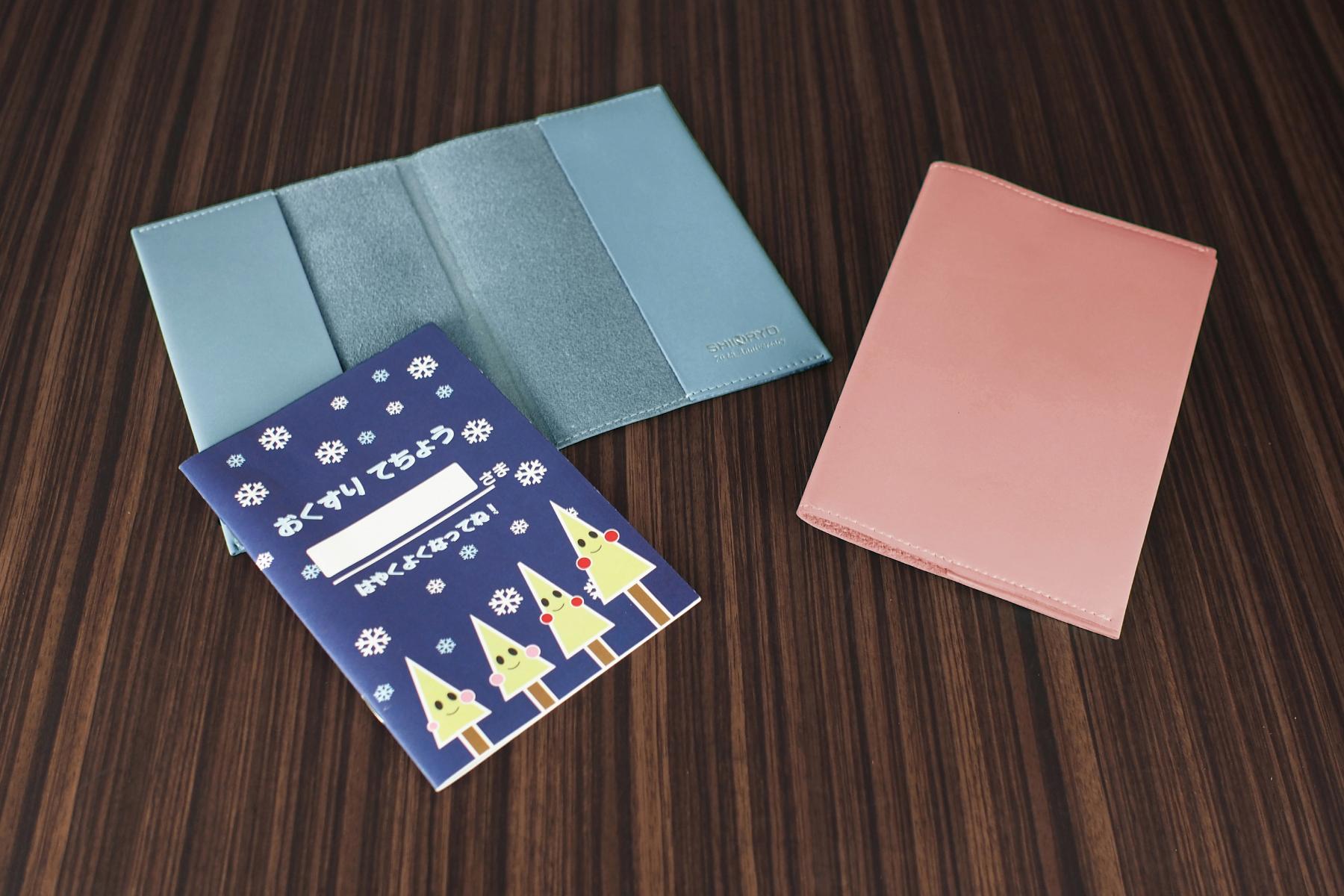 おくすり手帳カバーを創立70周年記念に使用した例