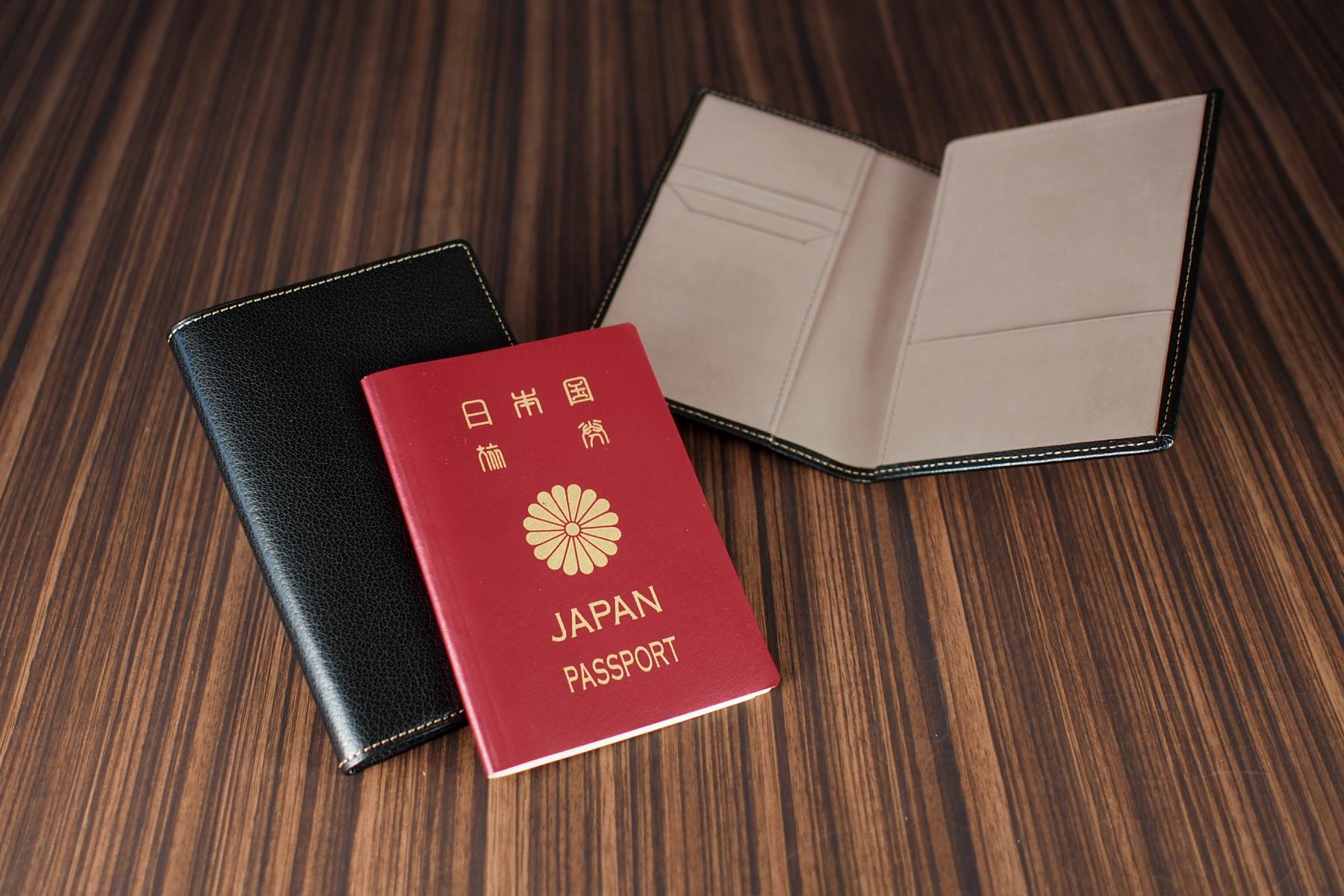 記念品として人気の本革製パスポートケース・ツートン仕様