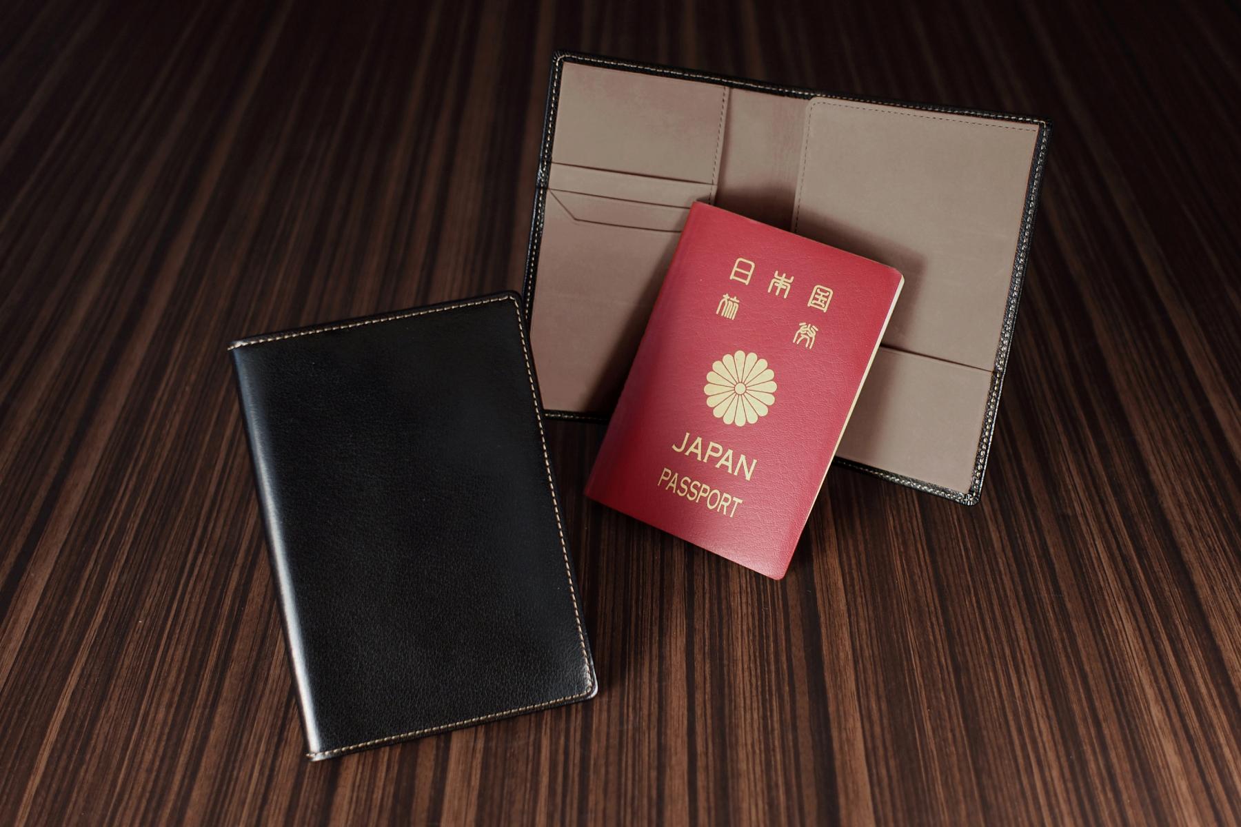 記念品として名入れした本革製パスポートケース・ツートン仕様
