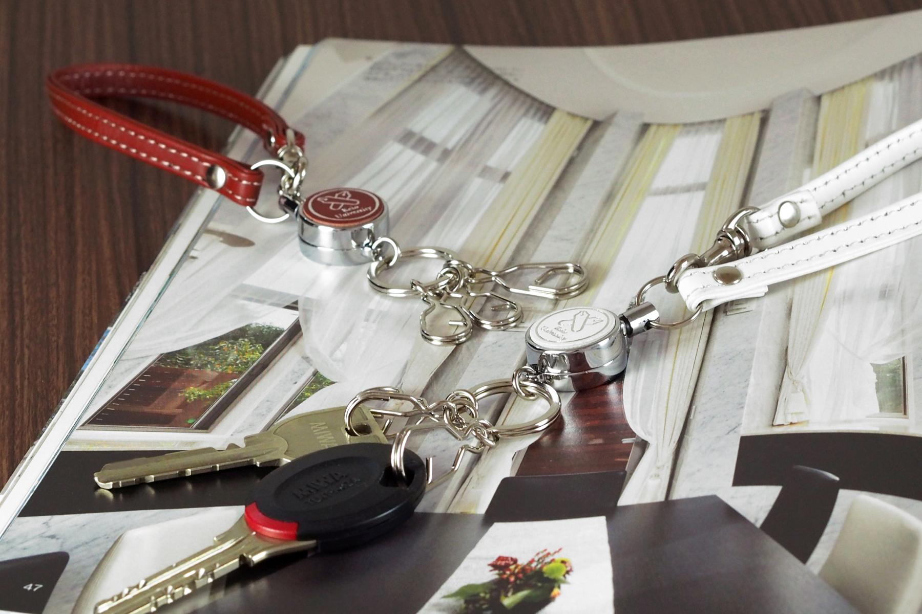本革リールキーホルダー3連を大学の記念品として使用した例