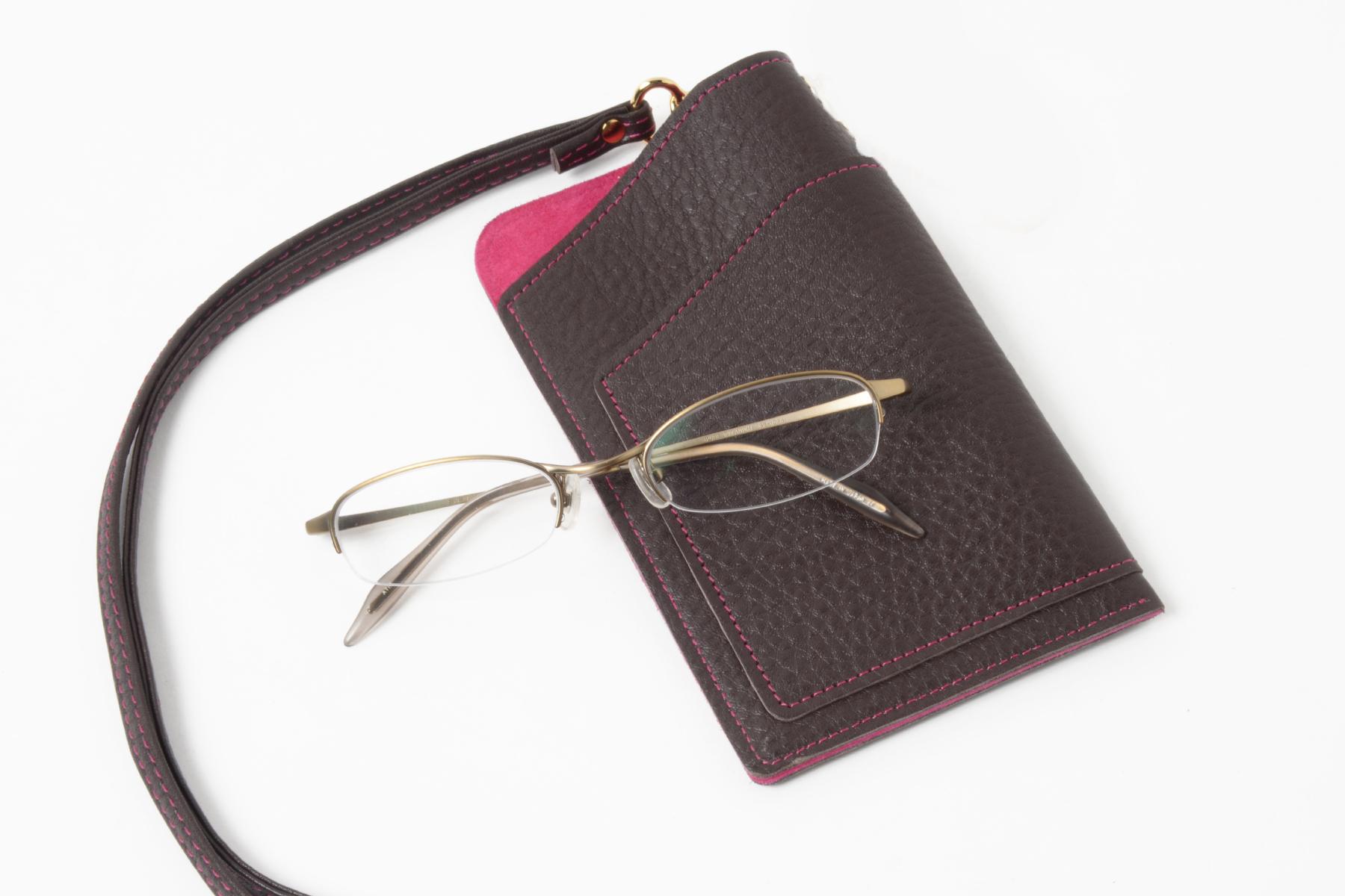メガネを使用する女性にも人気の多機能スマホケース