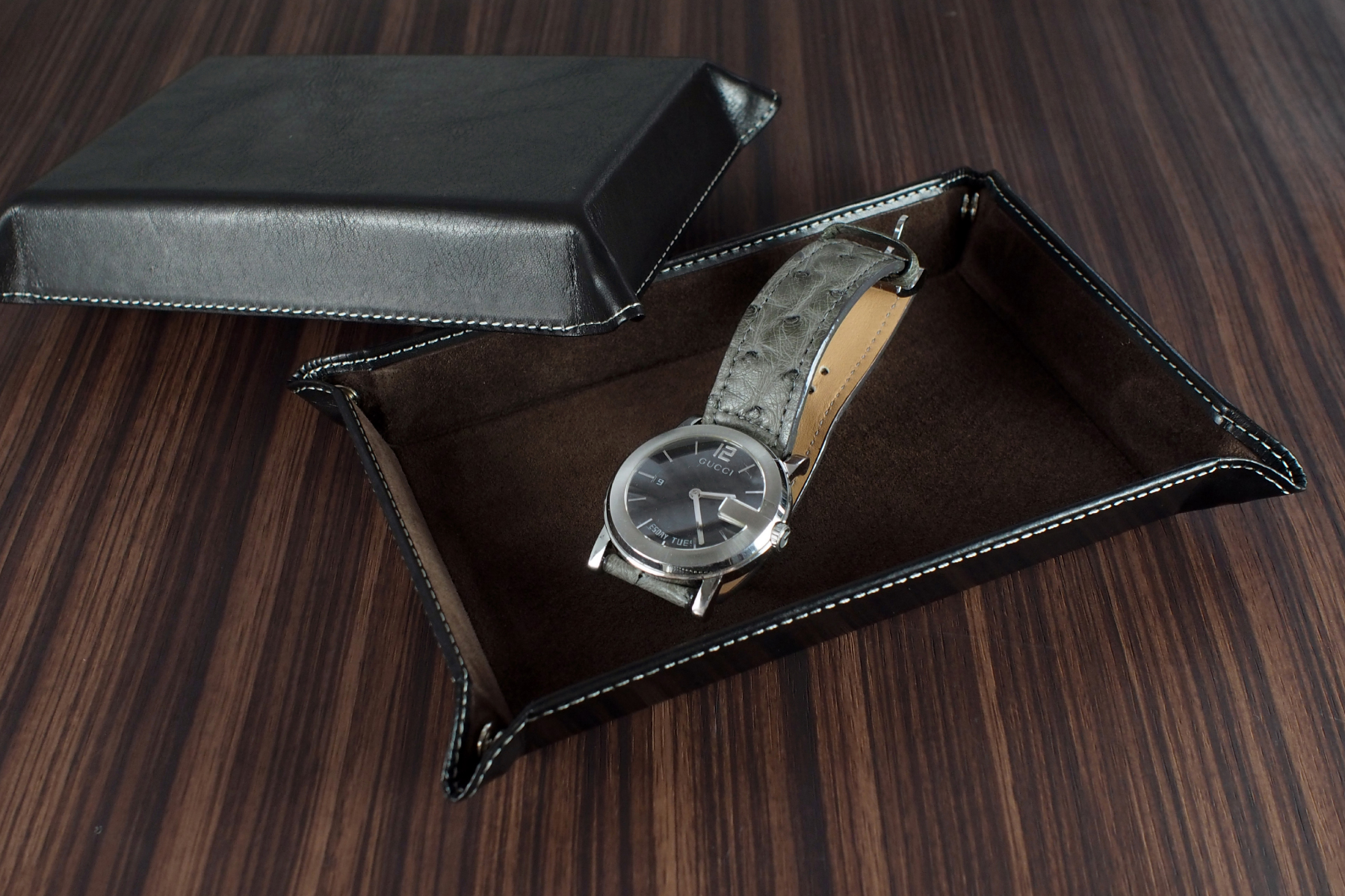 本革ウォッチトレー・古城ブラックに時計を載せた写真
