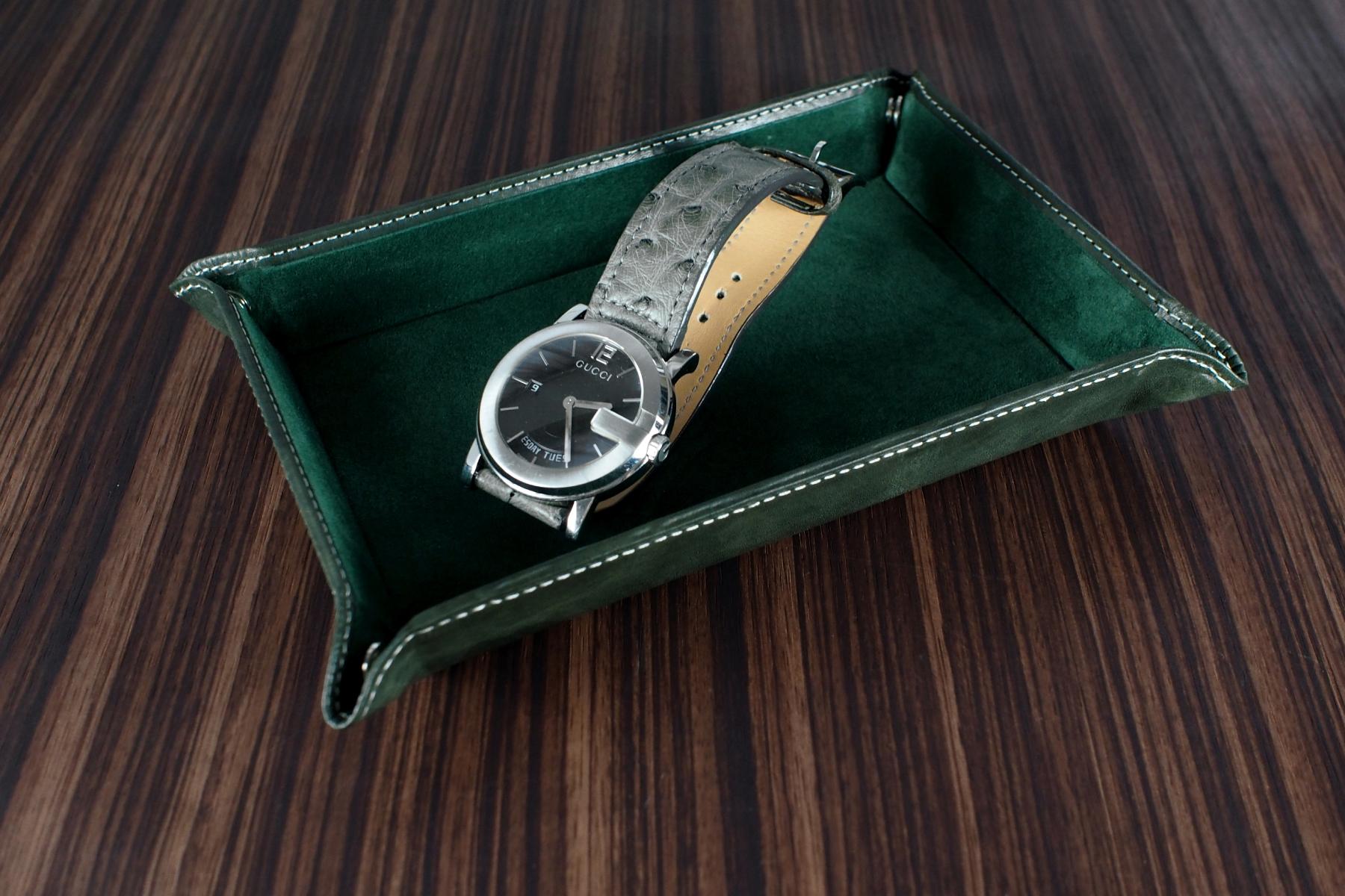 本革ウォッチトレー・古城フォレストグリーンに時計を置いた写真