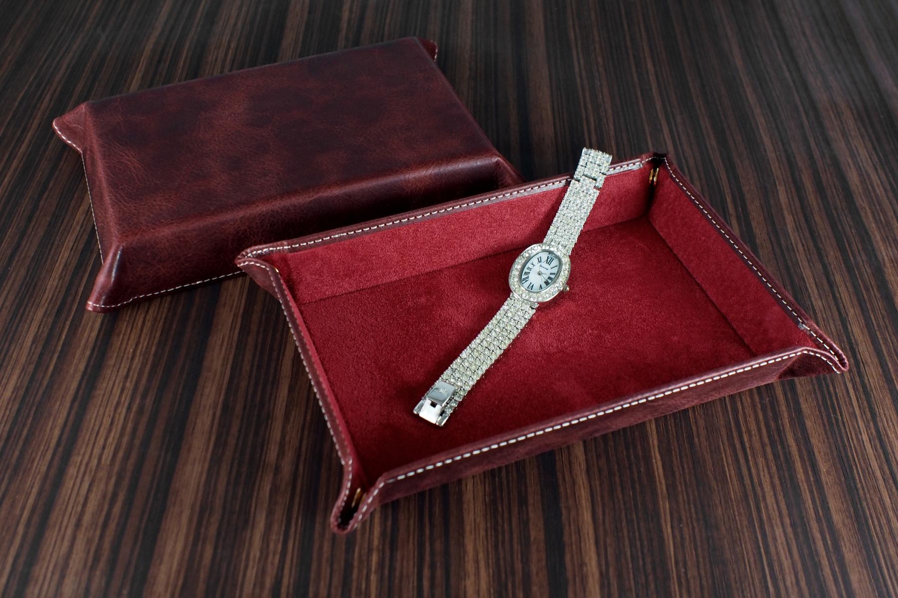 本革ウォッチトレー・古城オールドワインに時計を置いた写真